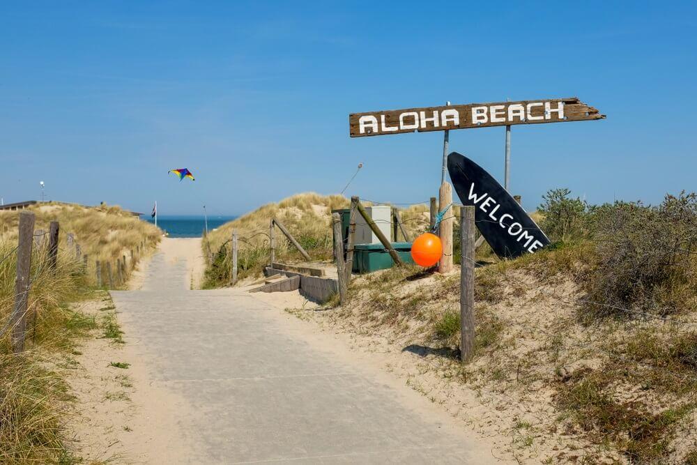 Ingang van het strand bij Vrouwenpolder, Nederland.