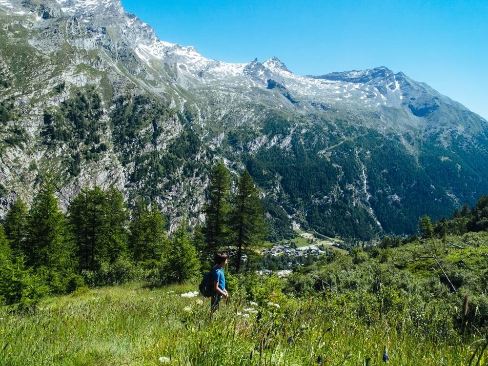 kind tijdens een bergwandeling in de zomer in de Alpen, Monte Rosa.