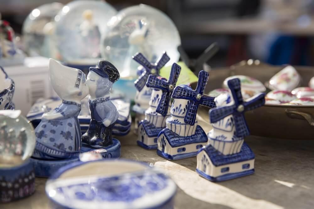 Delfts blauwe souvenirs in een Nederlandse marktkraam.