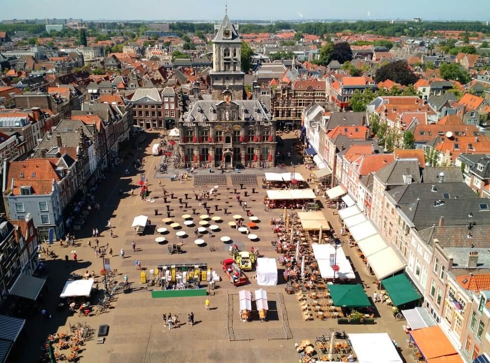 Luchtfotografie van Delft Markt (oud stadsplein), Delft, Nederland.