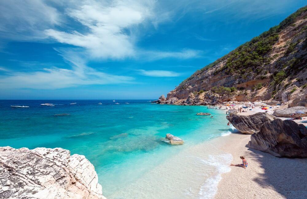 Beroemd strand Cala Mariolu op Sardinië, op een heldere dag - Nationaal park Nuoro van de baai van Orosei en Gennargentu Cala Mariolu.