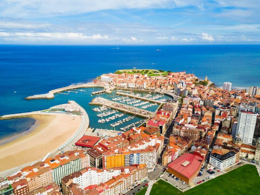 Gijon marina luchtfoto panoramisch uitzicht. Gijon is de grootste stad van Asturië in Spanje..
