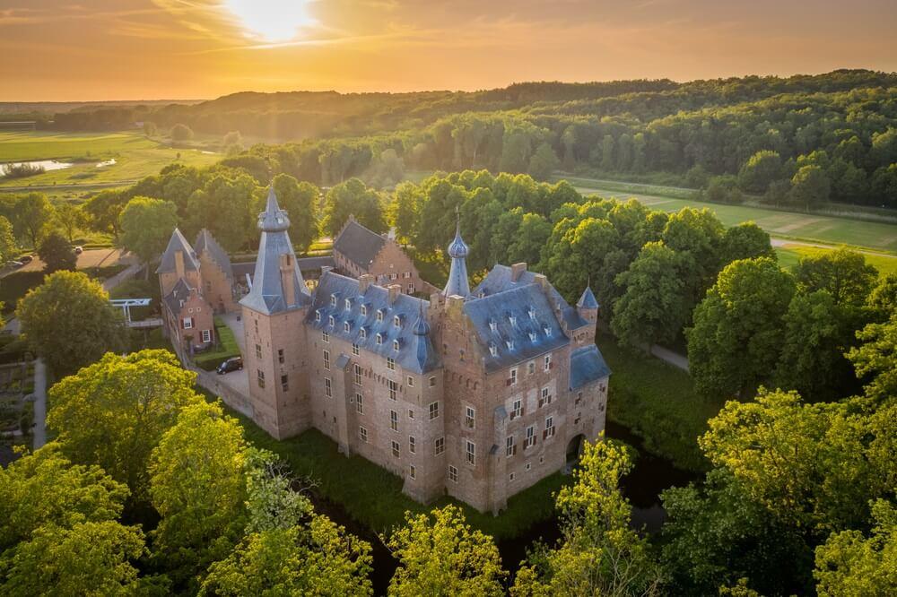 Zonsondergangantenne bij Kasteel Doorwerth (in het Nederlands: Kasteel Doorwerth) is een middeleeuws kasteel in de buurt van Arnhem, Nederland. Het kasteel ligt langs de rivier de Rijn.