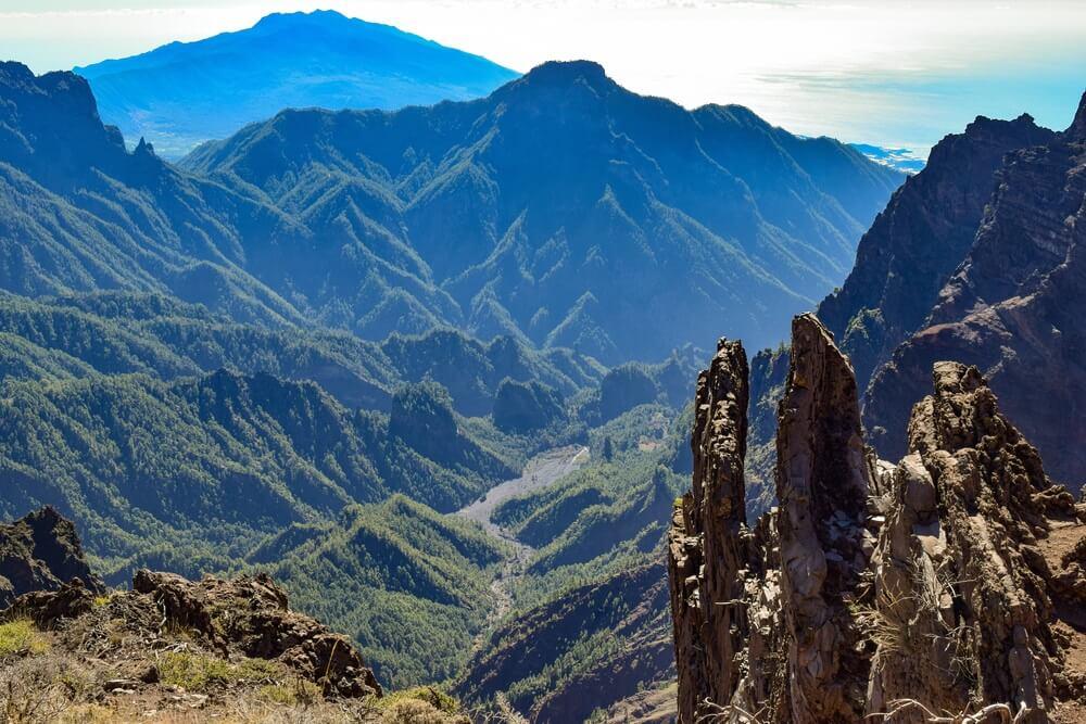 Caldera de Taburiente National Park geweldig uitzicht vanaf de top van de vulkaan over de vallei. Roque de los Muchachos, La Palma, Canarische Eilanden.