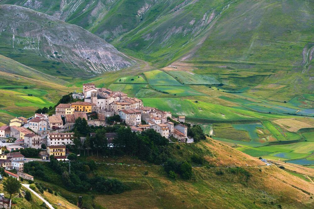 Bergzomer in het landschap van Umbrië, Italië. Castelluccio di Norcia.