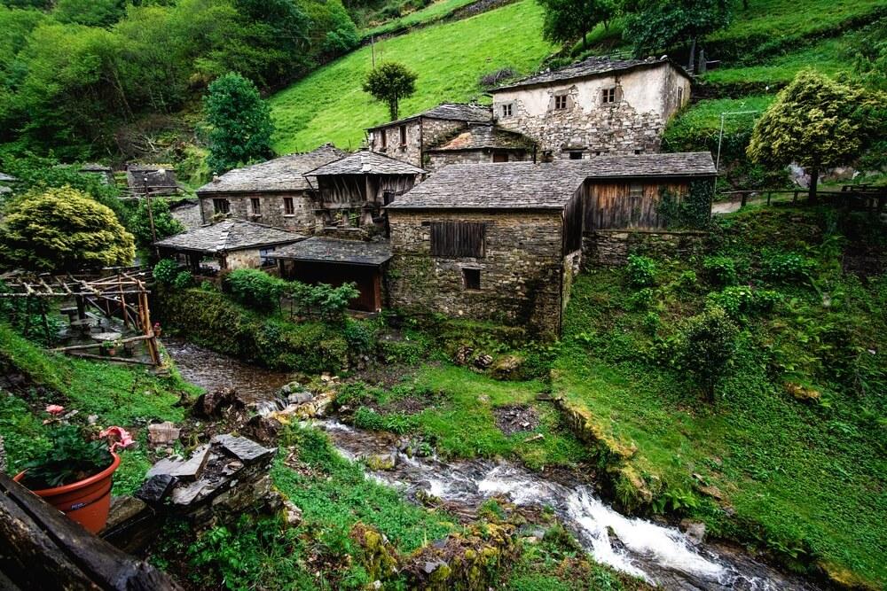 Oud dorp Os Teixois in Asturië, Spanje.