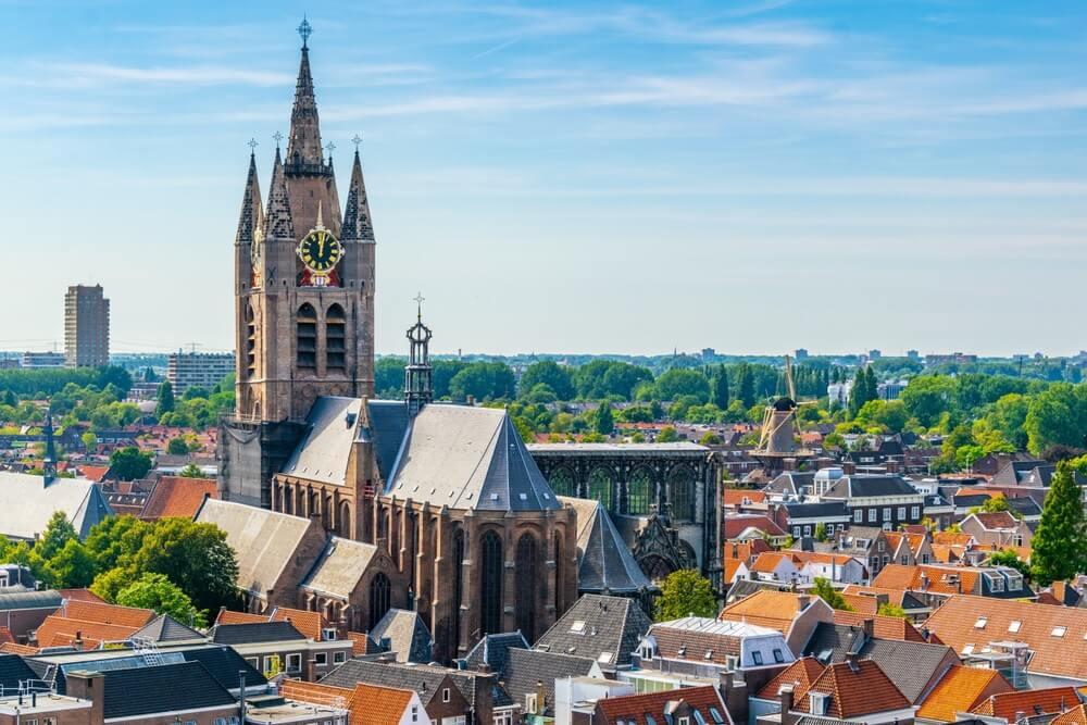 Luchtfoto van de Oude Kerk kerk in Delft, Nederland.
