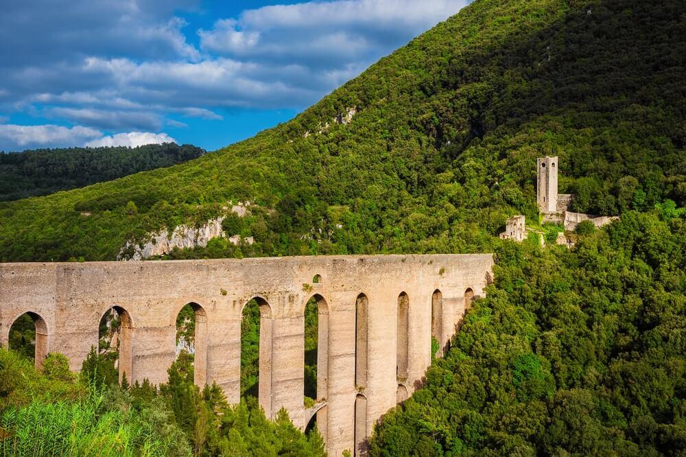 De imposante Ponte delle Torri in Spoletto.