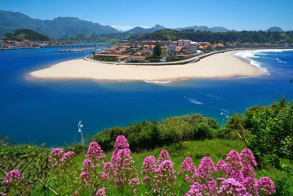 Ribadesella dorp luchtfoto in Asturië Spanje.