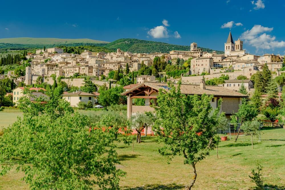 Panorama van de mooie stad Spello, Italië.