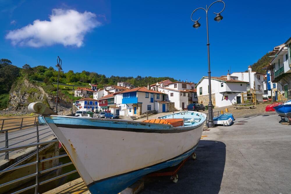 Tazones-dorpsgevels en boot van Asturië in Spanje.