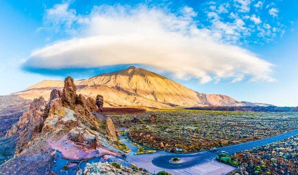 Roques de Garcia steen en Teide bergvulkaan in het Nationaal Park Teide, Tenerife, Canarische Eilanden, Spanje.
