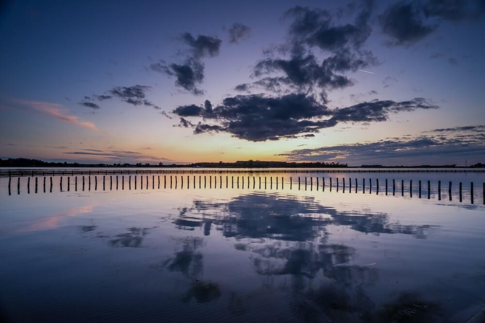 Het mooie Veerse meer tijdens zonondergang, Nederland, Zeeland.
