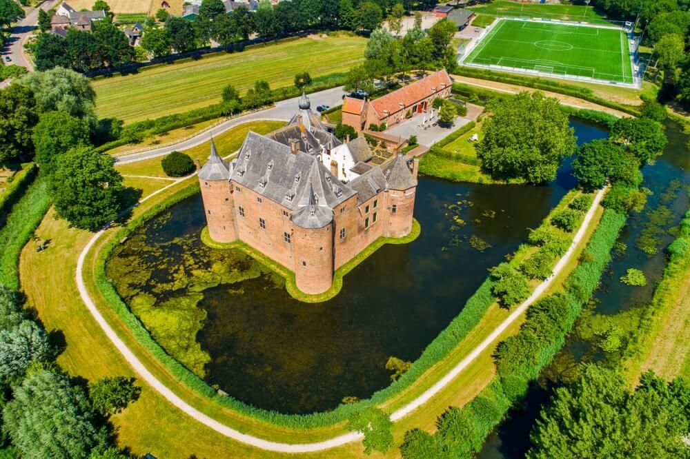 Luchtfoto van kasteel Ammersoyen in het dorp Ammerzoden in Nederland.