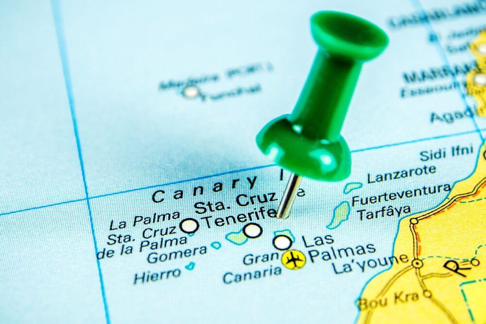 Canarische eilanden op wereldkaart met punaise bij Tenerife.