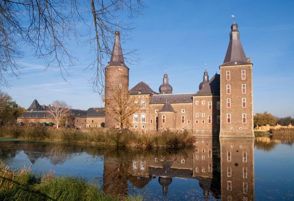 Het middeleeuwse kasteel Hoensbroek in het gelijknamige Nederlandse stadje is een van de grootste kastelen van Nederland.