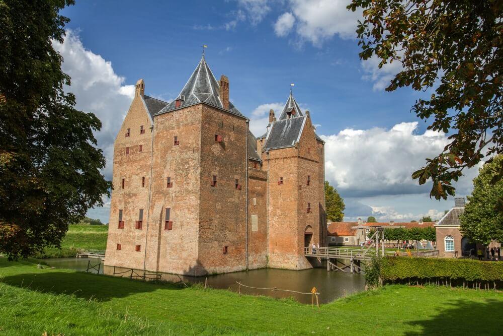 Middeleeuws kasteel Loevestein in Nederland.