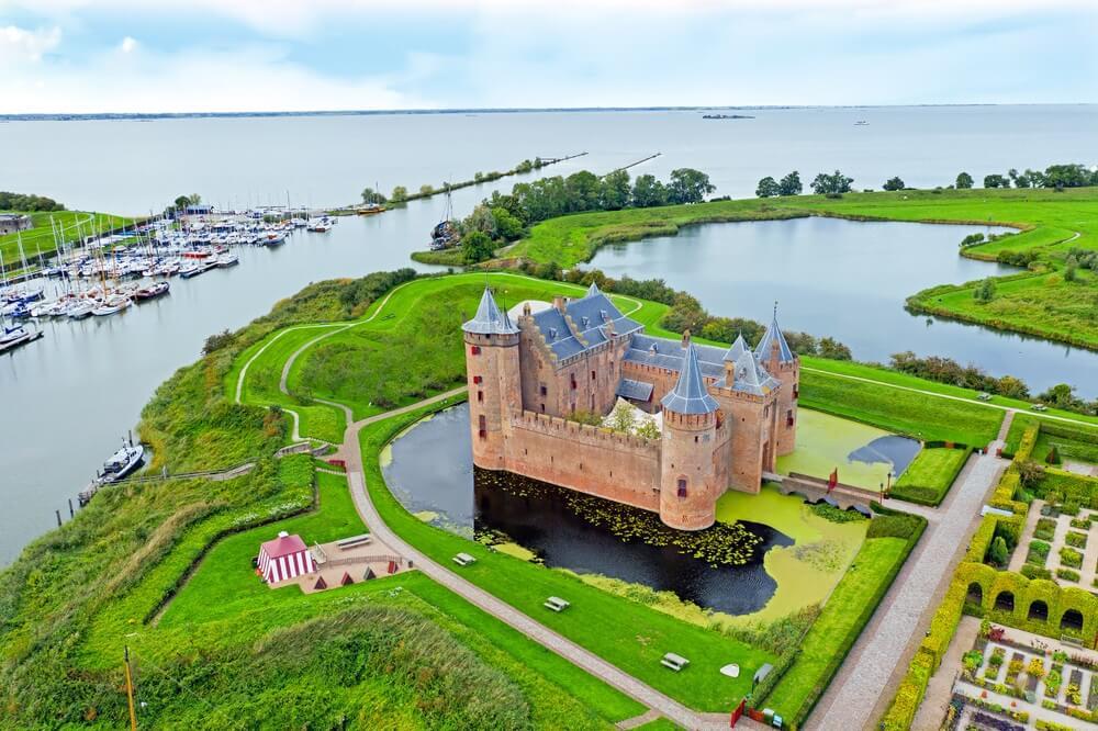 Luchtfoto van middeleeuws kasteel 'Muiderslot' op het platteland vanuit Nederland.