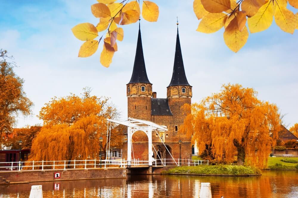 Oostpoort met typische brug, Delft, Nederland in de herfst.