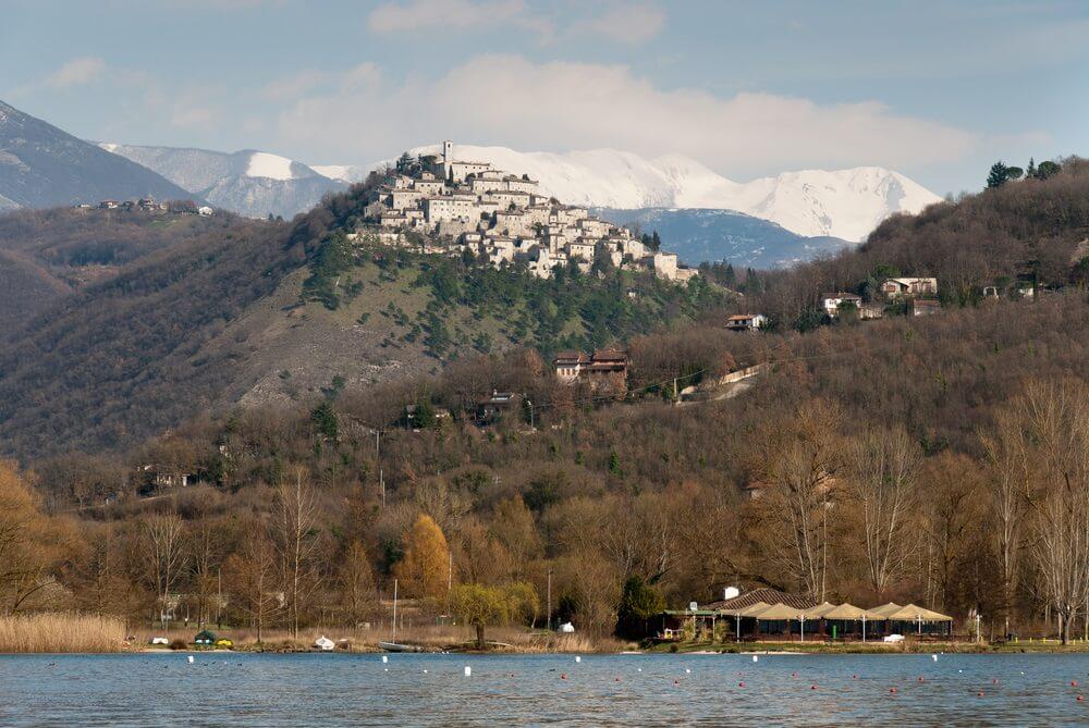 Het Piedilucco meer met zijn omliggende bergen en dorpen.