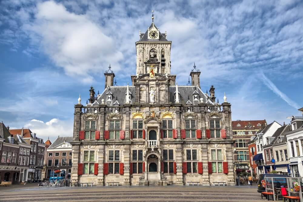 De gevel in renaissancestijl van het Delftse stadhuisgebouw, Nederland.
