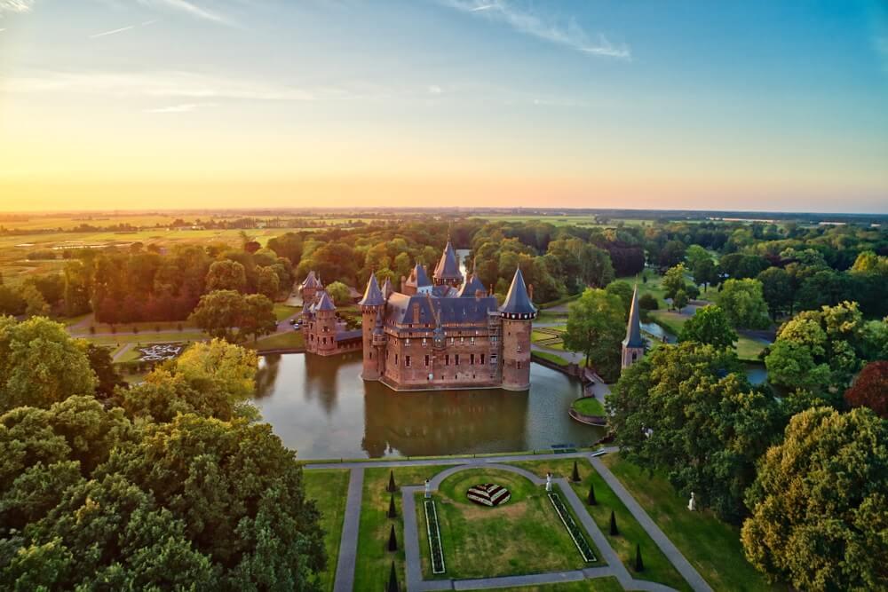Panorama van kasteel de Haar in een prachtige omgeving. Utrecht, Nederland.