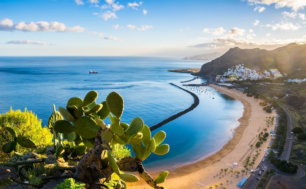 Geweldig uitzicht op strand las Teresitas met geel zand. Locatie: Santa Cruz de Tenerife, Tenerife, Canarische Eilanden. Artistiek beeld. Schoonheidswereld.