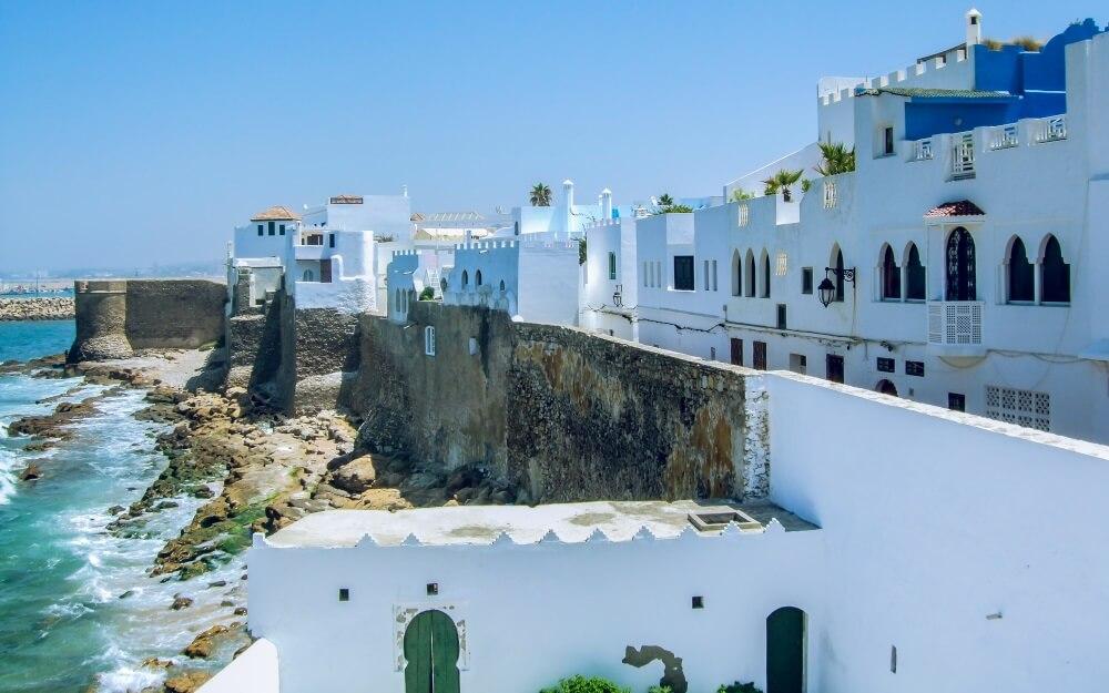 Een van de mooiste steden in Marokko: Asilah. Witgekalkte huizen aan de kust.