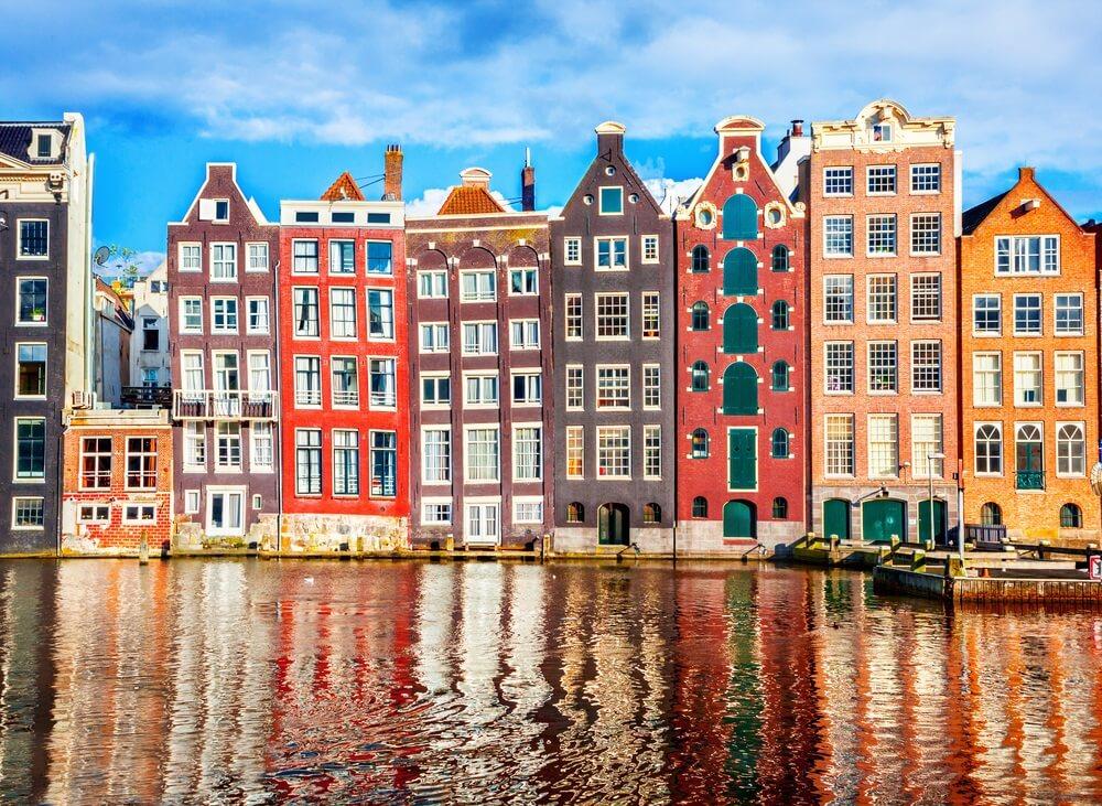Kleurrijke huizen in Amsterdam aan de grachten.