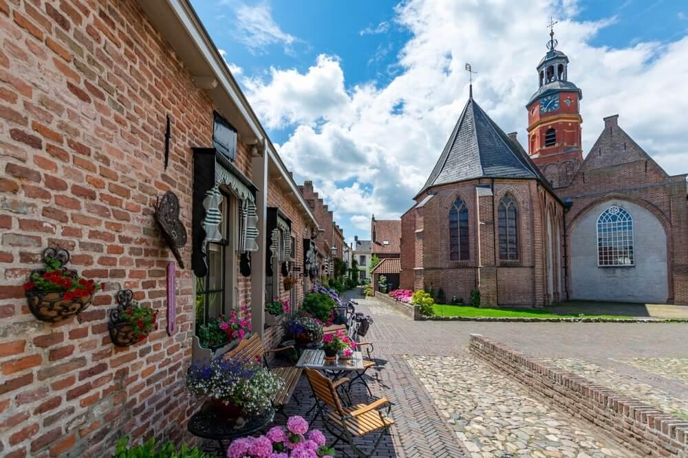 Oude Nederlandse huizen in kleine oude stad met grote geschiedenis Buren, Gelderland, Nederland.