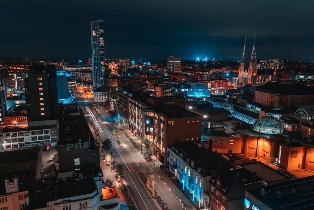 Eindhoven in de nacht van bovenaf.