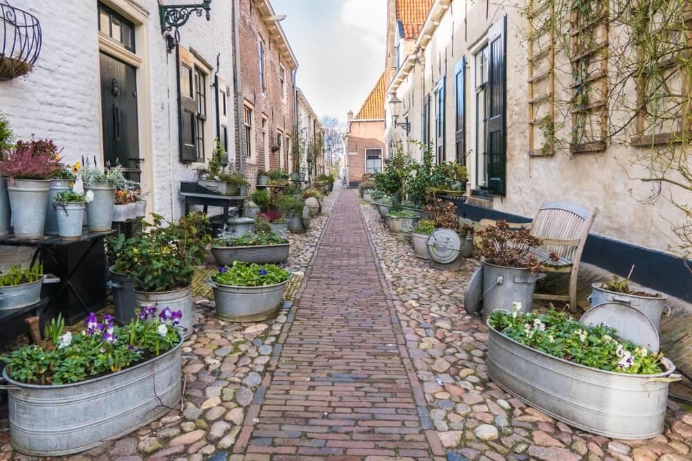 Straten met authentieke huizen in het prachtige fort van Elburg in Nederland.