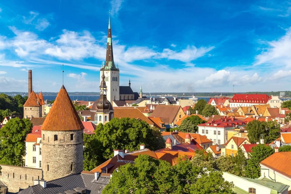 Luchtfoto van de oude binnenstad van Tallinn in een prachtige zomerdag, Estland