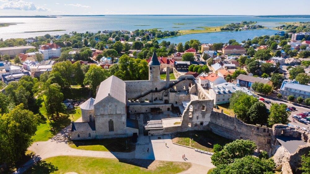 Luchtfoto van het bisschoppelijk kasteel Haapsalu in juli.
