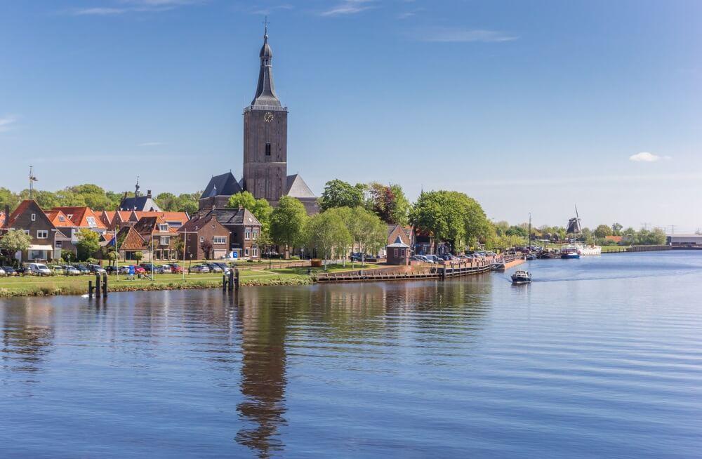 Rivier en toren van de Stephanuskerk in Hasselt, Nederland.
