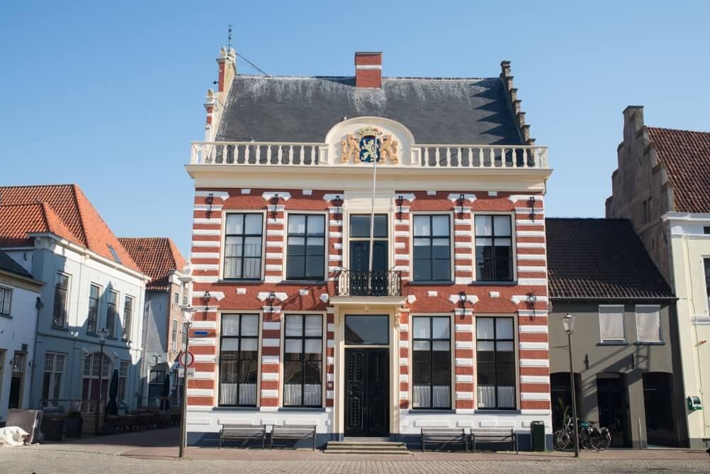 Historisch stadhuis op het marktplein in het centrum van Hattem, Gelderland, Nederland.