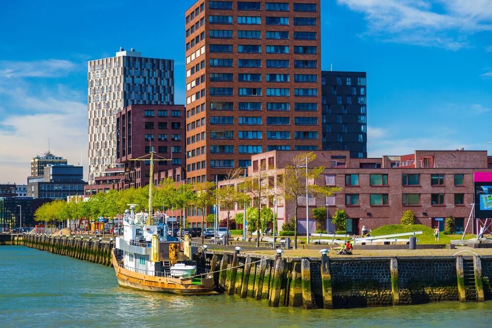 Haven- en flatgebouwen in het stadscentrum van Rotterdam, Nederland.