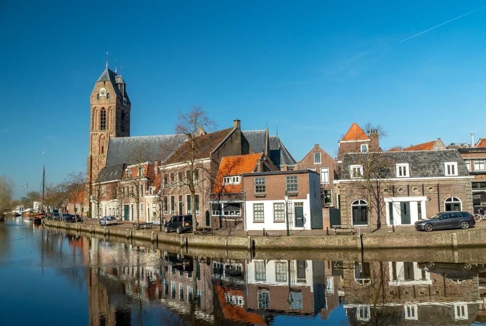 Stadsgezicht van Oudewater, Nederland. Gelegen langs de Hollandsche IJssel. Uitzicht op vintage huizen, rivier, kanaal en middeleeuwse kerk. Provincie Utrecht. Nederlandse skyline.