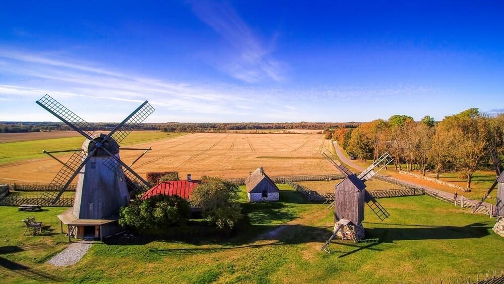 Enkele van de oude windmolens in Angola gelegen in het kleine boerenstadje in Saaremaa, Estland.