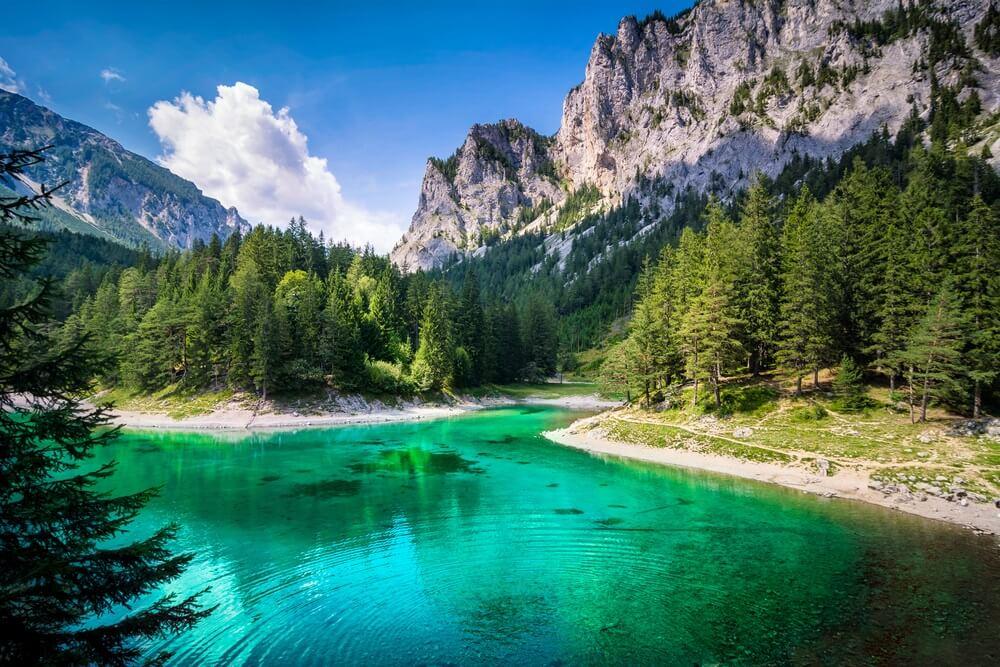 Het prachtige groene meer in Stiermarken, Oostenrijk.