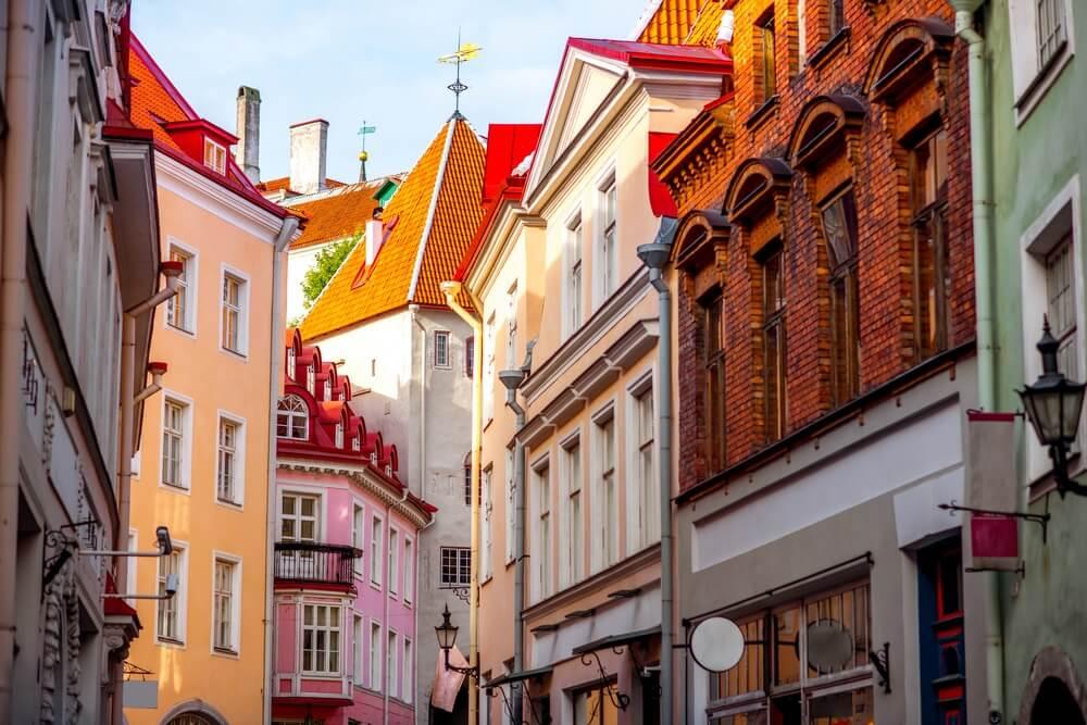 Straatzicht met poorttoren in het oude centrum van Tallinn, Estland.