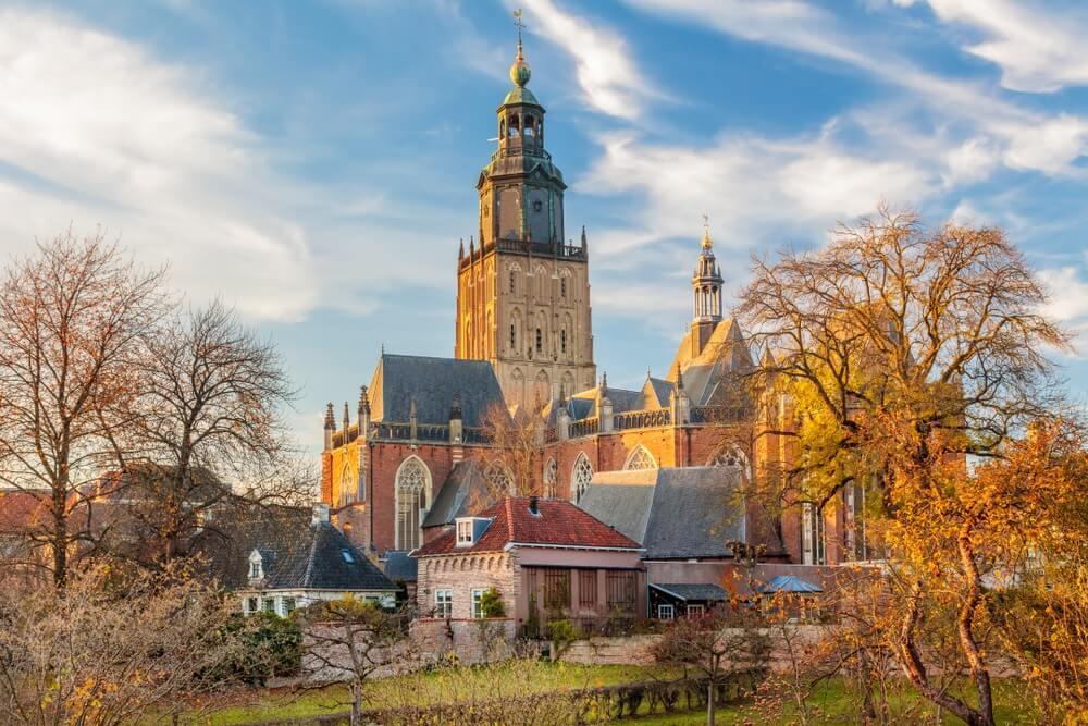 Panoramisch uitzicht op het middeleeuwse stadscentrum van de Nederlandse stad Zutphen in Gelderland.