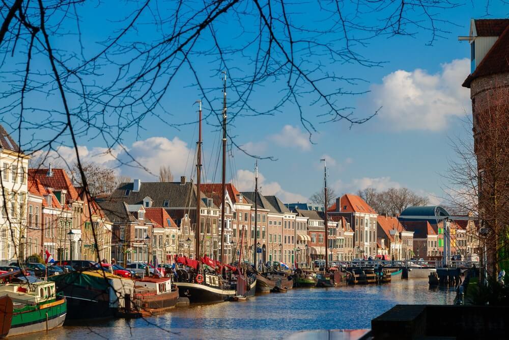 Gezicht op de Thorbeckegracht in Zwolle, genomen vanaf het Pelserbrugje