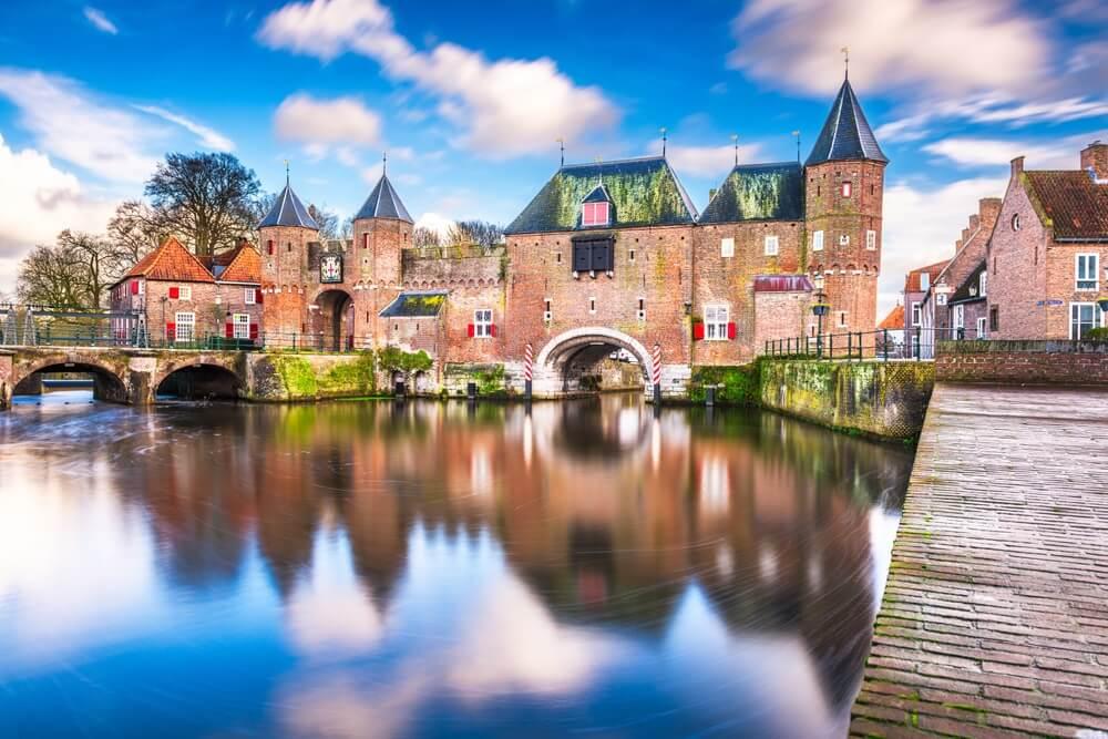 Middeleeuwse stadsmuur Koppelpoort en de rivier de Eem in Amersfoort, Nederland.