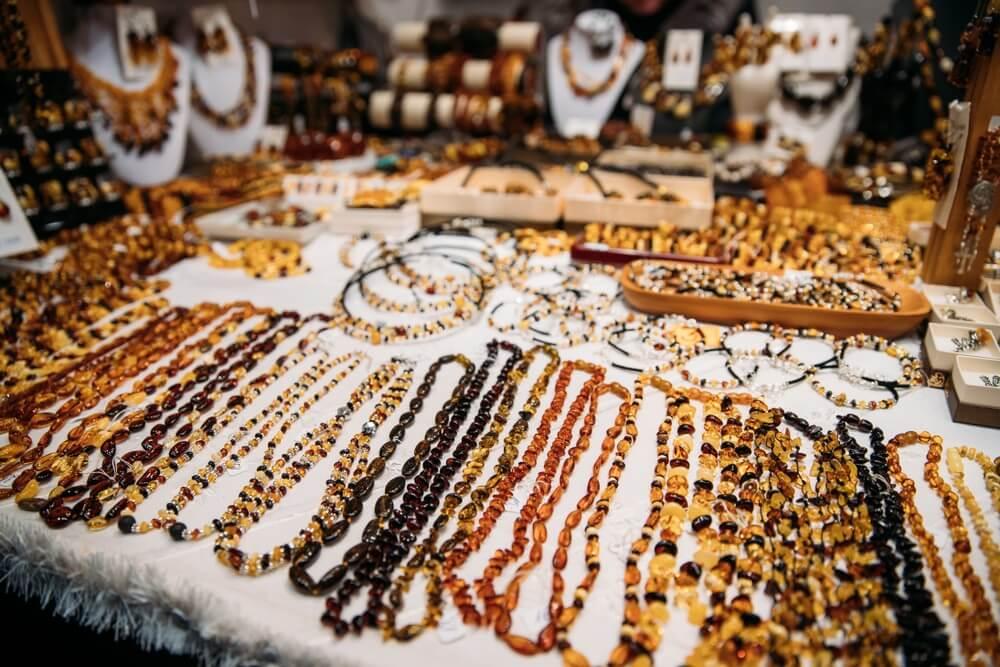Verscheidenheid aan kralen gemaakt van amber. Sieraden gemaakt van amber. Traditionele Herinneringen Op Europese Markt. Souvenir uit Baltische landen, Europa.