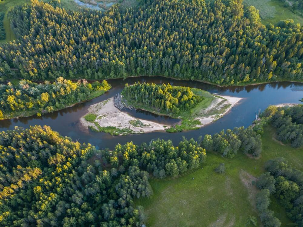 Het Gauja Nationaal Park gezien van bovenaf, Riga, Letland.