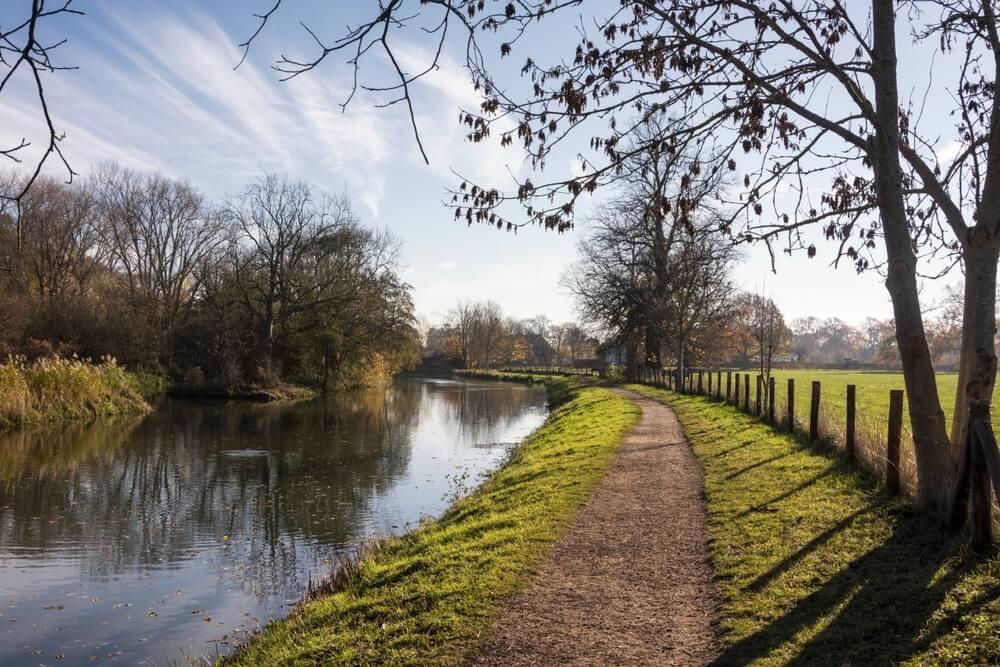 Uitzicht op de rivier de Kromme Rijn, provincie Utrecht, Nederland. Deze rivier ligt bij Rhijnauwen en Amelisweerd, een prachtige bos- en parkomgeving in Nederland. Ideaal om te wandelen.