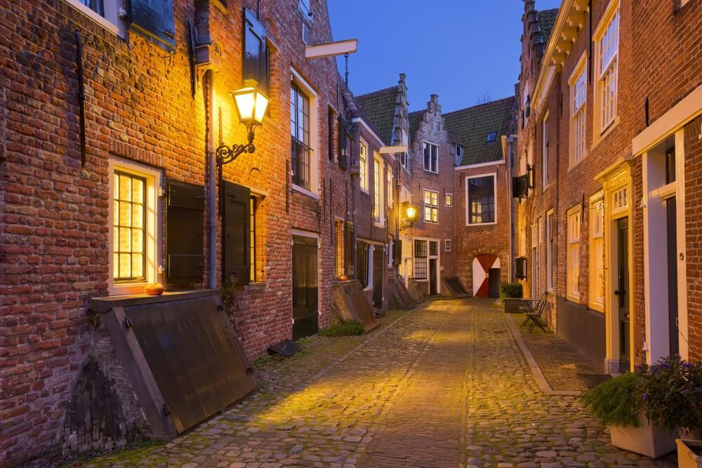 De Kuiperspoort in Middelburg; historisch straatje.