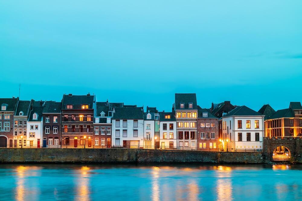 Uitzicht aan de oostkant van de stad Maastricht met de rivier de Maas ervoor, Nederland.
