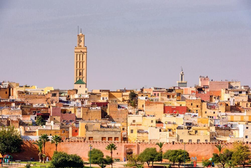 Panoramisch uitzicht op Meknès, een stad in Marokko die in de 11e eeuw door de Almoraviden werd gesticht als militaire nederzetting.